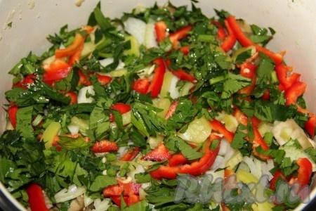 В кастрюлю выкладываем овощи и зелень слоями, между слоями выдавливаем чеснок.