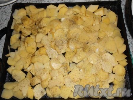 Картошку почистить, смазать противень и порезать в произвольной форме картофель. Посолить, поперчить.