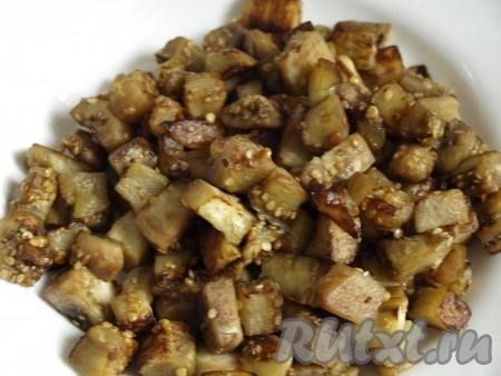 Обжариваем баклажаны на растительном масле несколько минут до готовности), затем выкладываем на бумажное полотенце, чтобы удалить лишнее масло.