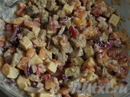 Все овощи перемешиваем с куриным филе и заправкой, если нужно досаливаем.