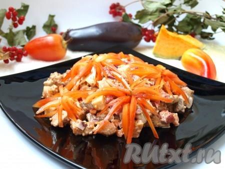 Украшаем по желанию. Я украсила нарезанным болгарским перцем в виде хризантем. Осенний салат с курицей получается вкусным, ярким. Прекрасное блюдо для семейного обеда или ужина!