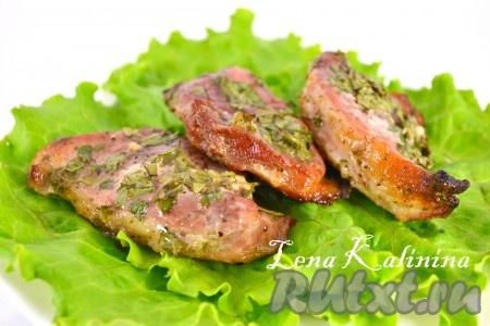 Запекать мясо в предварительно разогретой до 180-200 градусов духовке до готовности (35-45 минут). Вкуснейшие, ароматнейшие стейки свинины, запеченные в духовке, готовы. Радуйте своих близких!
