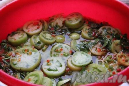 Для приготовления маринада разводим в воде комнатной температуры соль, сахар и уксус. Заливаем нашим маринадом помидоры, сверху прикрываем их тарелкой или крышкой, чтобы наши помидоры все утонули в маринаде и не всплывали.