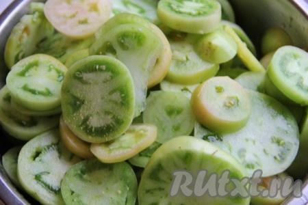 Помидоры нарезать кружочками, дольками или оставить целыми. В общем у вас должно получится полное 15-литровое ведро помидоров.