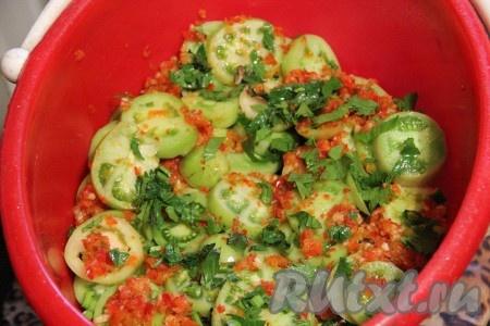 В ведро будем выкладывать слоями: слой помидоров, затем саламур, затем снова помидоры. Так чередуем слои до самого верха.