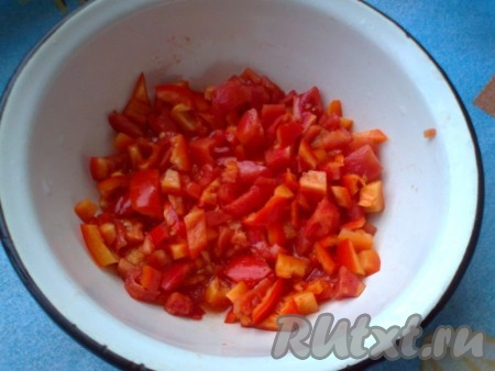 Порежем овощи кубиками, посолим и заправим смесью подсолнечного или оливкового масла и лимонного сока. Отварные яйца разделим на белки и желтки, потрем на крупной терке отдельно.