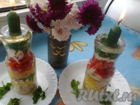 Теперь выкладываем слоями: рубленная зелень; тертые белки; овощи помидоры и перец тертый желток; ризотто. На каждый слой капаем пару капель майонеза. Накрываем тарелкой и переворачиваем. Сверху ставим свечи, зажигаем и подаем. Романтической обед или ужин готов.