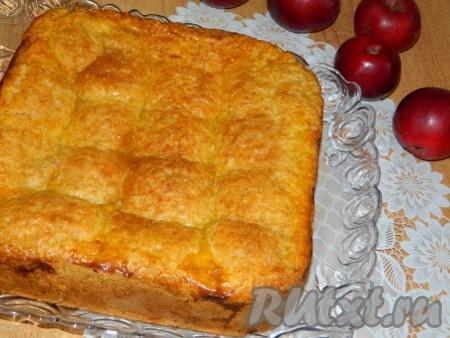Готовый пирог немного остужаем и выкладываем на тарелку.