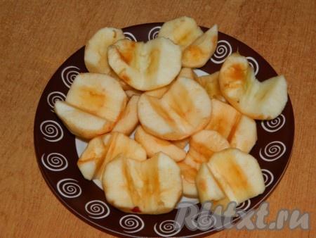 За это время почистим яблоки и разрежем их напополам, удалив середину.