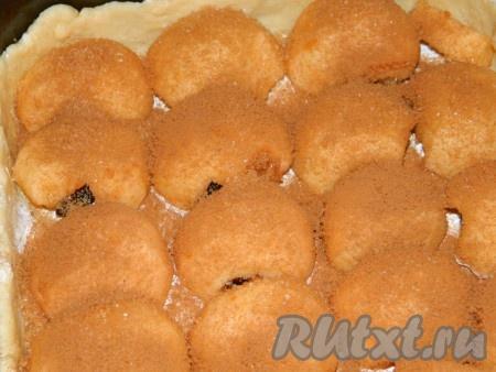 Яблоки посыпаем коричневым сахаром и корицей.