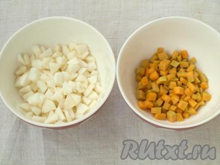 Очистить яблоки и тыкву, нарезать небольшими кубиками.