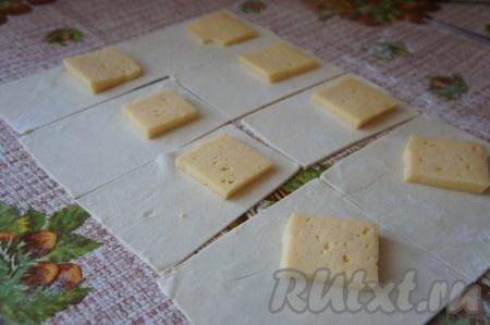 Положить сыр, как показано на фото.