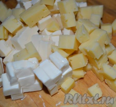 добавить нарезанный кубиками сыр и сок лимона.