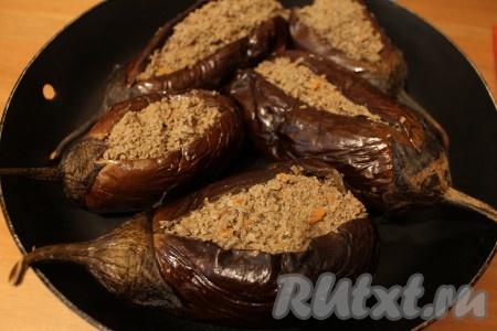 Выложила в баклажаны готовую начинку из печени.