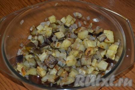 Соединить обжаренные овощи. Посолить и поперчить по вкусу, перемешать.