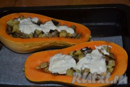 Выложить тыковки на противень, застеленный пергаментом. Выложить в тыквы овощную смесь, залить сливками.
