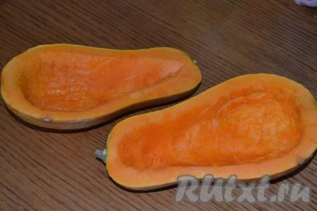 Индюшиные ножки отварить в подсоленной воде в течение получаса. Тыковку разрезать по длине пополам, удалить семена и лишнюю мякоть тыквы, формируя лодочку.