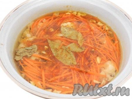 В остывший маринад с капустой добавить морковь и чеснок, кориандр, перец красный и черный молотый, паприку и лавровый лист. Перемешать.