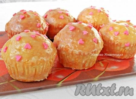 Сливочную глазурь нанести на кексы, украсить кулинарной посыпкой. Вкусные кексы на сметане с яблоками готовы.