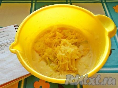 Яблоко натереть на терке и добавить в тесто, перемешать.