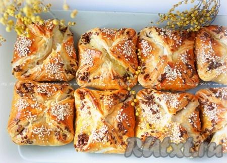 Пышные и ароматные слойки с сыром из готового слоеного теста можно подавать к столу.