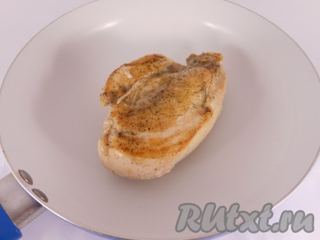 Обжаривать куриное филе на сковороде с разогретым оливковым маслом по 5 минут с каждой стороны. После обжаривания посолить. После этого поместить филе в форму или на противень смазывать маслом противень не нужно) и отправить в разогретую до 180 градусов духовку на 10 минут.