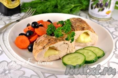 Подать замечательное куриное филе с моцареллой и гарнир из моркови и маслин в теплом виде. Попробуйте, вам обязательно понравится! Балуйте вкусняшками своих близких!