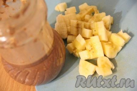 Закрыть банку крышкой и хорошо встряхнуть, чтобы все ингредиенты перемешались. Банан нарезать на кусочки.