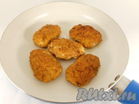 Жарить котлеты на разогретой с растительным маслом сковороде на небольшом огне с двух сторон до румяной корочки.