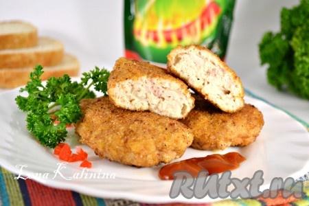 Готовые вкуснейшие куриные котлеты с творогом можно подать с любимым соусом, картофельным пюре и свежими овощами.
