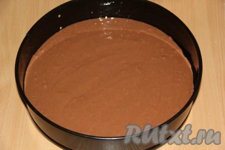 Форму для выпекания слегка смазать растительным маслом (я использовала разъёмную форму диаметром 26 см). Готовое тесто разделить на две равные части (в итоге у нас получится два коржа). Вылить тесто в форму. Поставить форму в разогретую духовку и выпекать при температуре 190 градусов примерно 25 минут, готовность проверить сухой зубочисткой. Готовые коржи остудить.