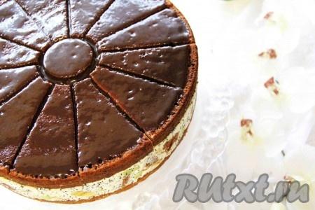 """Полить верх торта """"Африканская ромашка"""" глазурью и поставить в холодильник до застывания на 1 час. Можно покрыть торт растопленным шоколадом."""