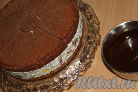Готовый торт освободить от формы, переложить на плоскую тарелку или подставку под торт. Глазурь слегка остудить.