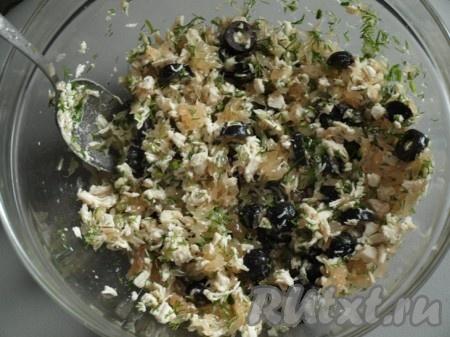 Для приготовления заправки смешиваем лимонный сок, оливковое масло, пропущенный через пресс чеснок, порезанный укроп, соль, перец. Салат из куриного филе, грейпфрута и маслин смешиваем с заправкой.