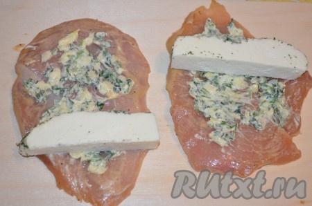 Каждую пластину филе посолить и поперчить, смазать масляной смесью, на край положить кусочек сыра.{amp}#xA;