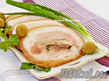 Вкусный, аппетитный рулет из свиной рульки готов.
