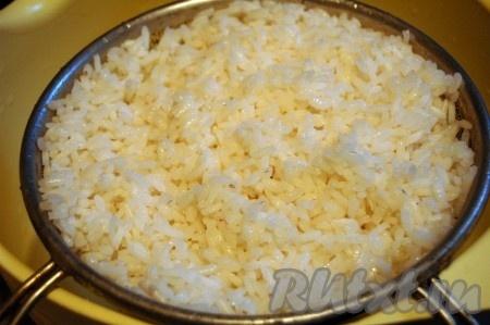 Отварить рис до полуготовности, промыть его холодной водой и опрокинуть на сито, чтобы слить лишнюю жидкость