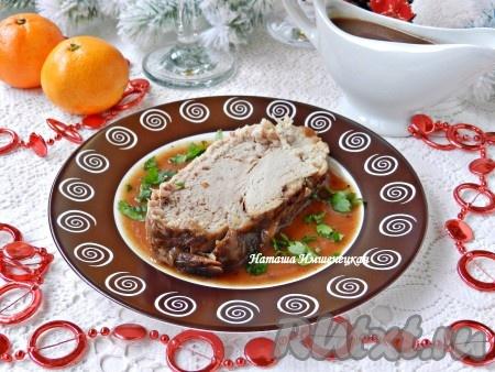 Вкусная, мягкая и сочная свинина, запеченная с брусничным соусом и яблоками, готова.