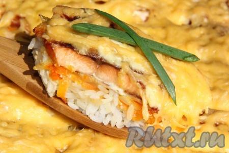 Вкусную, сочную горбушу с рисом и овощами подать к столу горячей.
