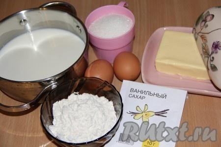 В кастрюлю влить молоко, добавить сахар, ванильный сахар, яйца. Всыпать муку и хорошо перемешать. Поставить кастрюльку на средний огонь и при помешивании довести до кипения. Затем огонь уменьшить и продолжать готовить заварной крем до загустения, не забывая помешивать.