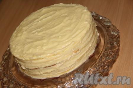 """Собрать торт """"Медовик"""": выкладывать коржи друг на друга и хорошо смазывать их заварным кремом."""
