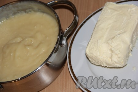 Как только крем загустеет, снять его с плиты и немного остудить. Затем добавить в него размягчённое масло.