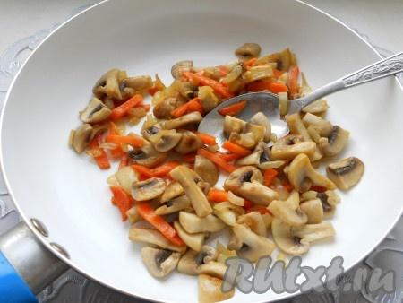 Шампиньоны порезать на 4-6 частей. Обжарить в течение 5 минут на сливочном масле вместе с порезанными небольшими кусочками репчатым луком и морковью.