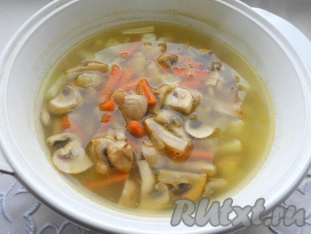 Когда картофель будет почти готов (пройдет 15 минут), добавить в кастрюлю грибы с луком и морковью.
