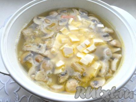 Варить все вместе 10 минут на небольшом огне. Далее добавить плавленный сырок и, периодически помешивая, кипятить суп до расплавления сыра (минут 7-10).