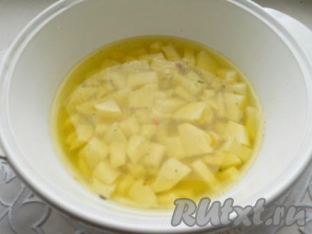 Картофель очистить, помыть и порезать небольшими кубиками. Залить бульоном и поставить на огонь. Довести до кипения, посолить и варить на небольшом огне 15 минут.