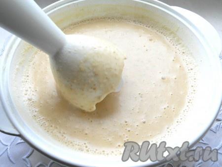 Затем готовый суп пюрировать погружным блендером до однородной консистенции.