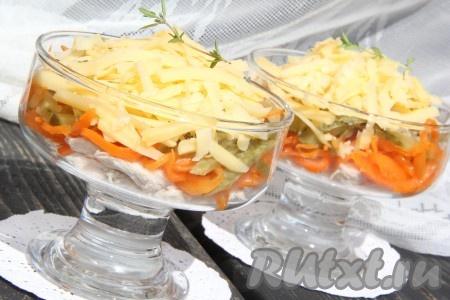 """Можно салат подать порционно, для этого выложить продукты в фужеры или маленькие салатники слоями: грудка, морковь, огурцы, сыр. Чеснок соединить с майонезом и выложить между слоями. Украсить зеленью. Салат """"Лисичка"""" с корейской морковкой и курицей получается очень вкусным."""