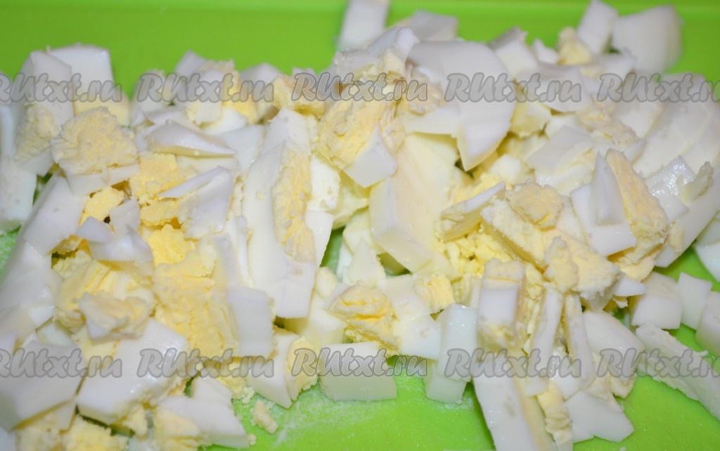 салат с кальмарами и курицей сыром и