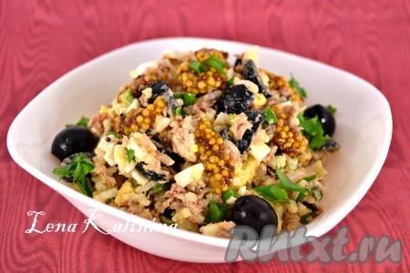 Поместить салат в холодильник на 30 минут. Выложить готовый вкусный, интересный салат с тунцом, рисом и яйцом в салатник, украсить на свое усмотрение и можно подавать к столу.